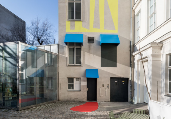 Judith Hopf, Stepping Stairs (2018), Fassadenarbeit im Innenhof der KW Institute for Contemporary Art / mural on KW's courtyard façade, Foto / photo: Frank Sperling