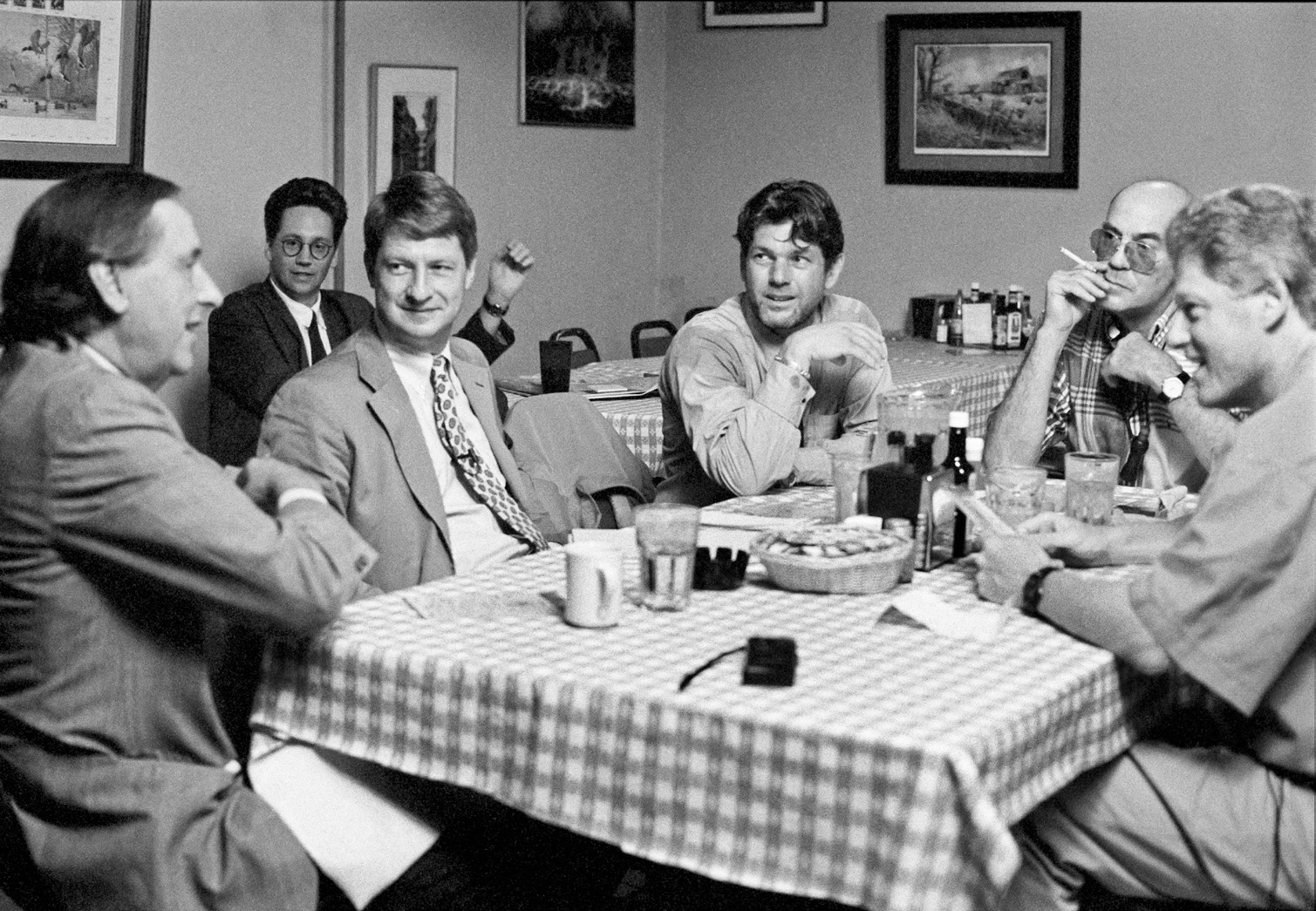 Wenner and his writers—William Greider, P.J. O'Rourke, and Hunter Thompson—interviewing Bill Clinton at Doe's Eat Place, in Little Rock, Arkansas, 1992 (Mark Seliger)