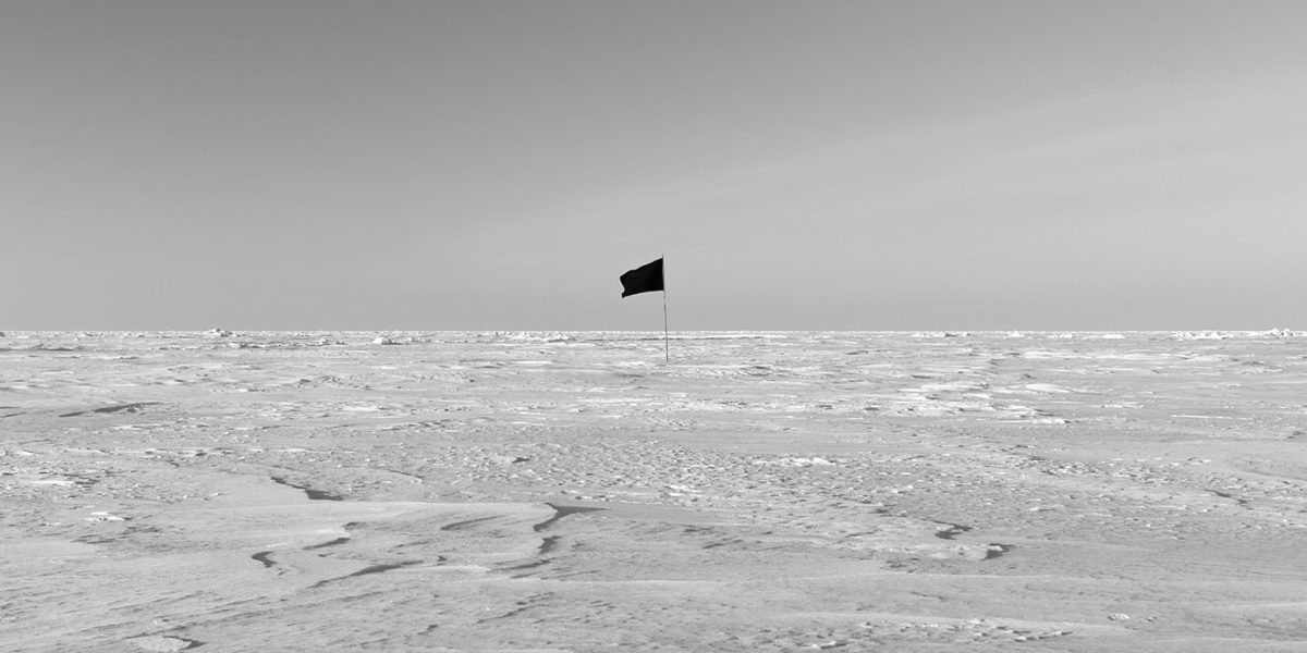 Santiago_Sierra_Black_Flag_North