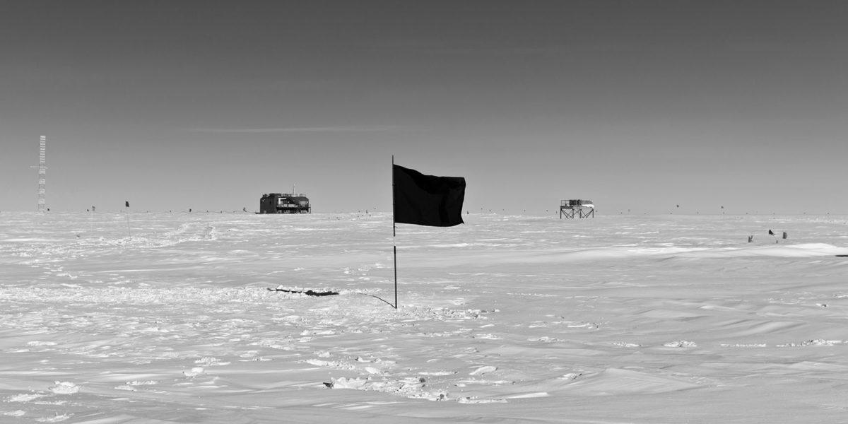 Santiago_Sierra_Black_Flag_South