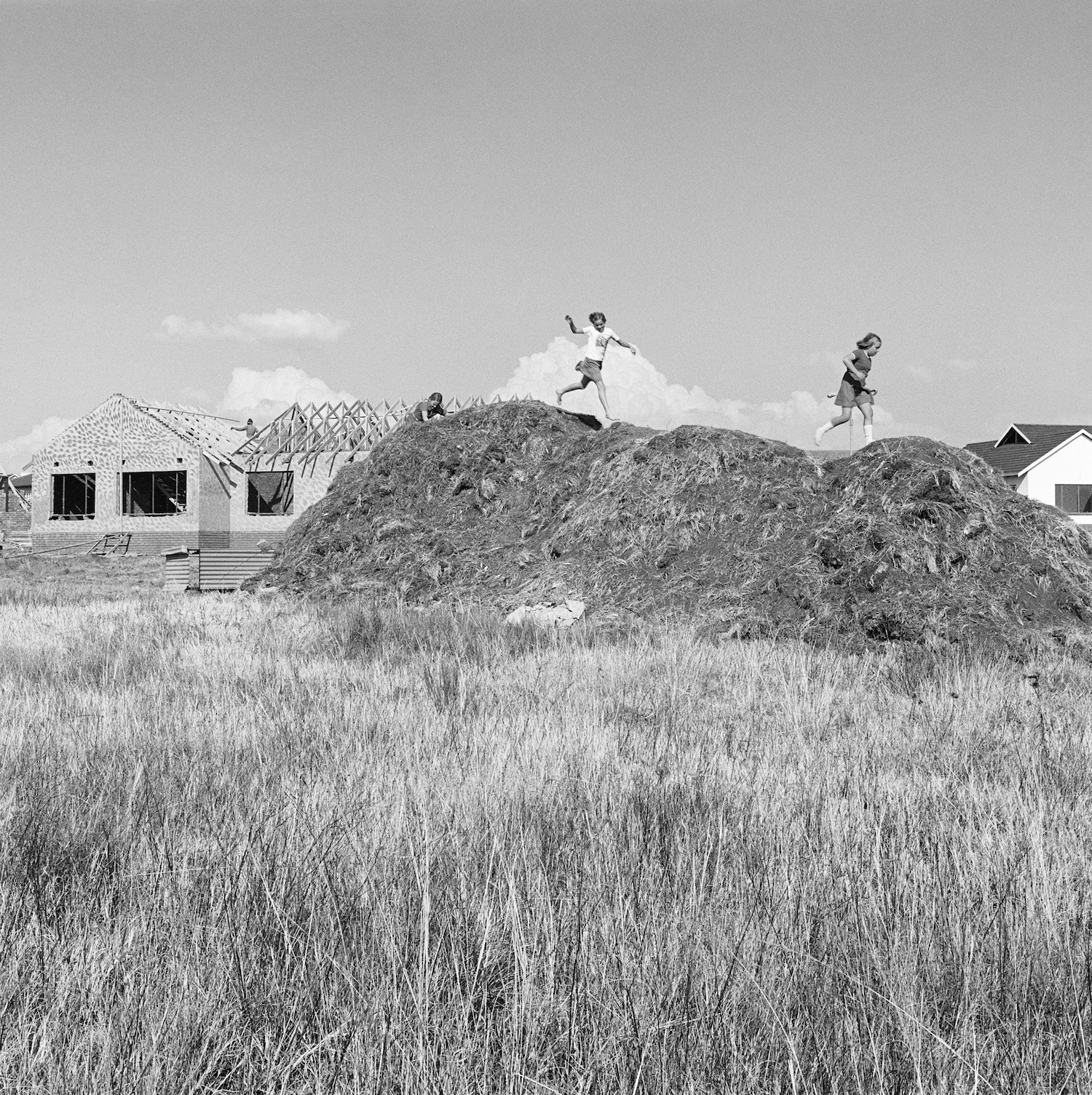 David Goldblatt, Spec housing and children on the veld at Parkrand, 1979