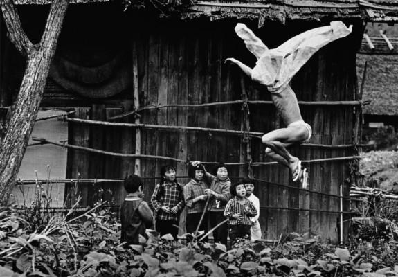 Eikoh Hosoe, Kamaitachi 17 (1965) © Galerie Jean-Kenta Gathier, Paris