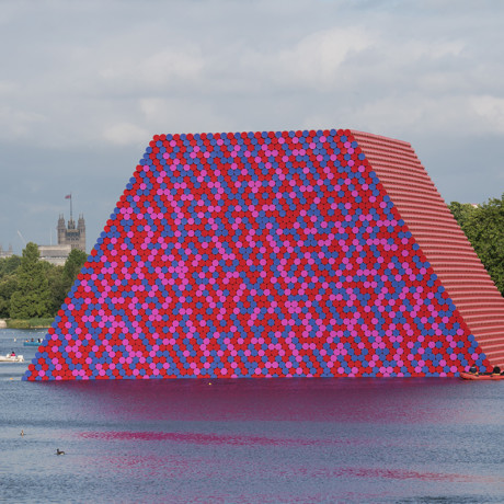 The London Mastaba, Serpentine Lake, Hyde Park, 2016-18, Photo: Wolfgang Volz, © 2018 Christo