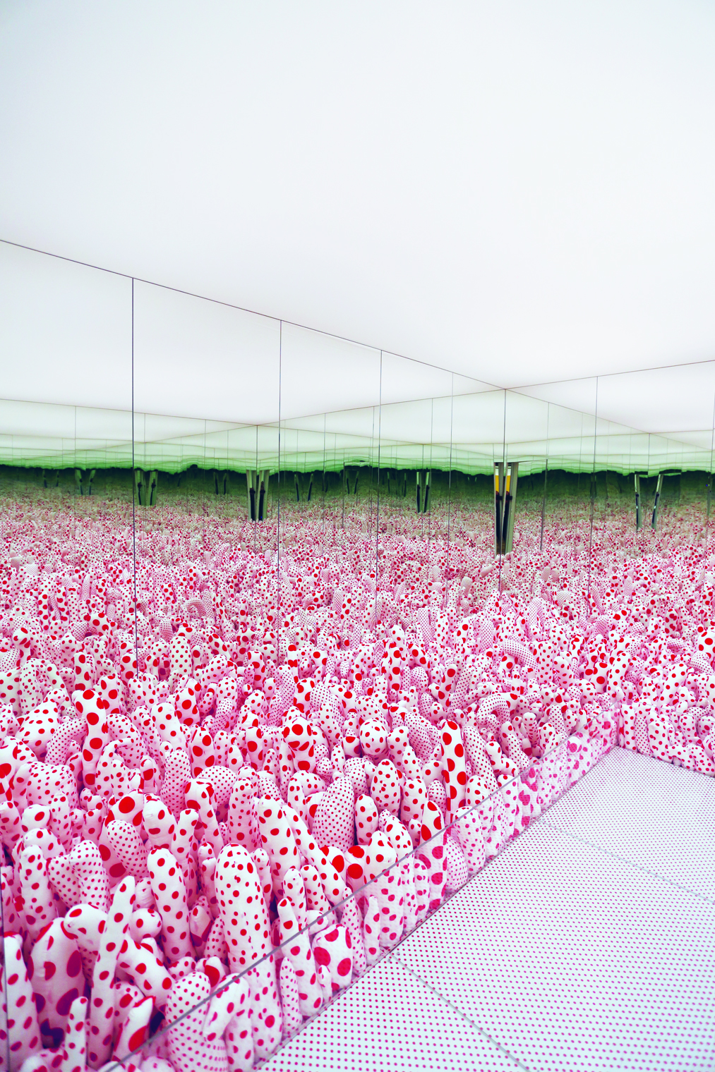 Yayoi Kusama, Infinity Mirror Room - Phalli's Field (Floor Show), 1965, remade 1998. Mixed-media installation, 311 × 476 × 476.5 cm. Courtesy Museum Boijmans Van Beuningen, Rotterdam purchased with support of Stichting Fonds Willem van Rede, Mondriaan Fonds en BankGiro Loterij © Yayoi Kusama