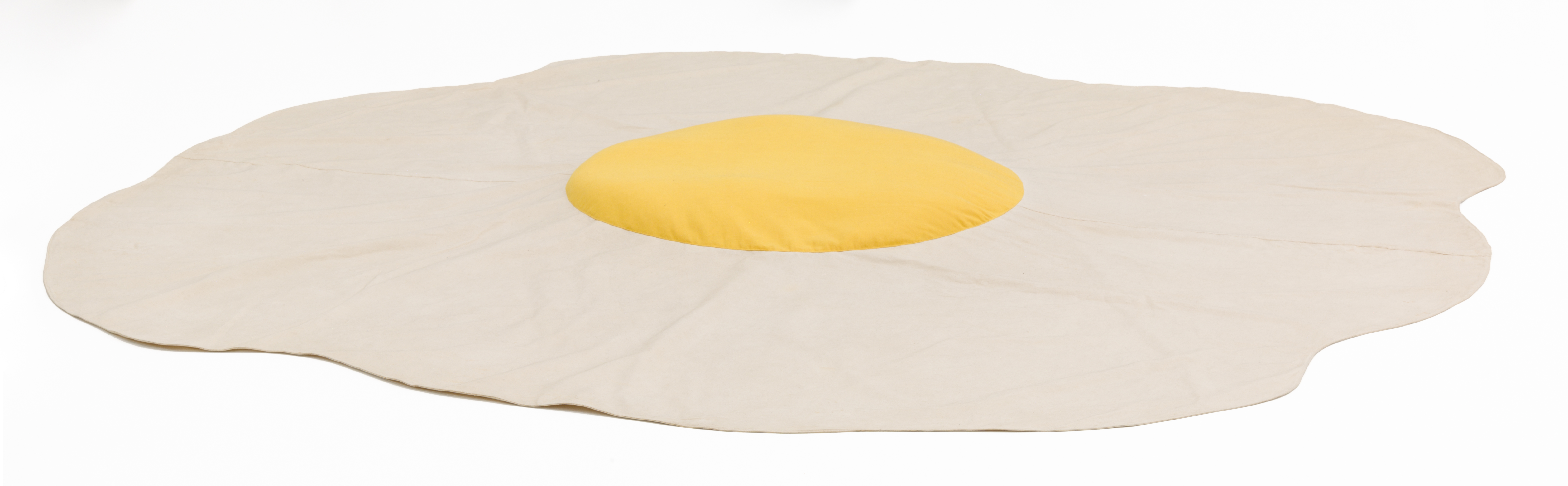 Claes Oldenburg, Sculpture in the Form of a Fried Egg, 1966/1971. Canvas, dyed cotton, and expanded polystyrene. Diameter, 309.9 cm. Collection Museum of Contemporary Art Chicago, gift of Anne and William J. Hokin, 1986.65. Photo: Nathan Keay, © MCA Chicago