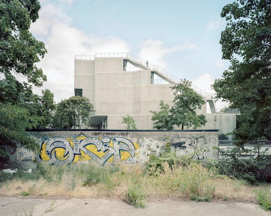 Brandlhuber+, Terrassenhaus, 2018; Right: Brandlhuber+, Antivilla, 2012 © Erica Overmeer