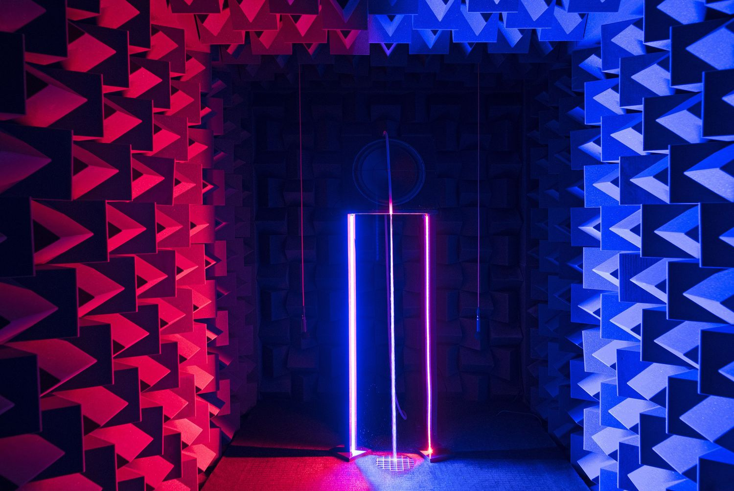 Haroon Mirza, /// ///, 2017. Installation view, Dancing with the Unknown, Nikolaj Kunsthal, Copenhagen, 2018 Courtesy: hrm199 and Nikolaj Kunsthal. Photographer: Per Wessel