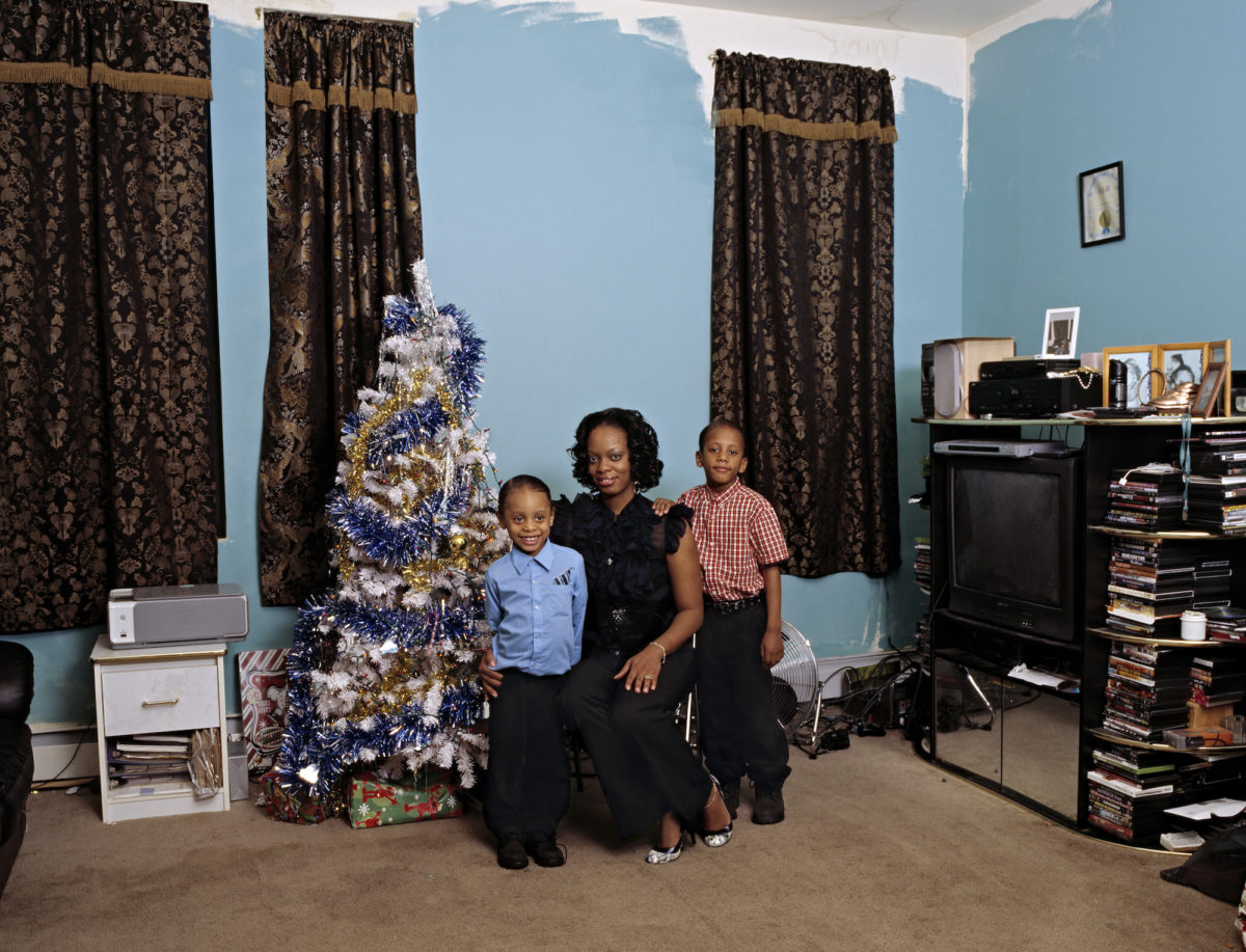 Deana Lawson, Coulson Family, 2008. © Deana Lawson, Courtesy of Blum & Poe, Los Angeles/New York/Tokyo, Sikkema Jenkins & Co., New York, and Rhona Hoffman Gallery, Chicago
